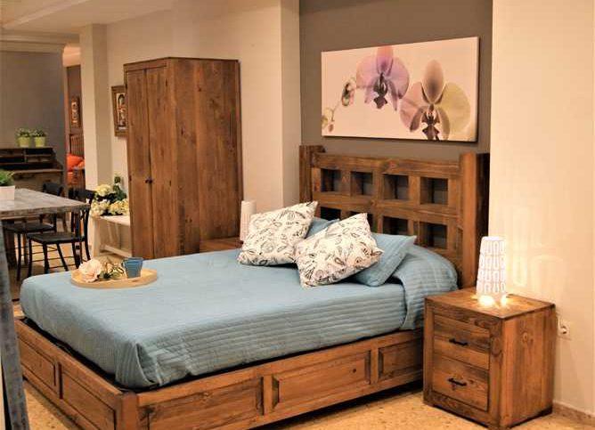 dormitorio rústico con madera maciza